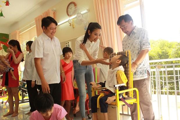 A hau Hoang Thuy xuc dong khi tham tre em khuyet tat Cu Chi hinh anh 3