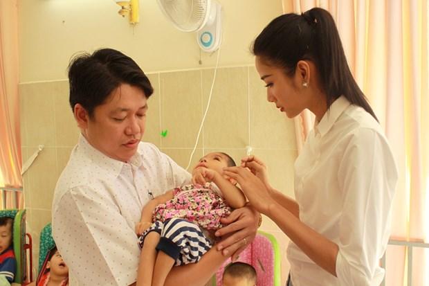 A hau Hoang Thuy xuc dong khi tham tre em khuyet tat Cu Chi hinh anh 4