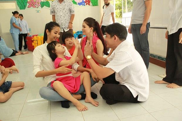 A hau Hoang Thuy xuc dong khi tham tre em khuyet tat Cu Chi hinh anh 2