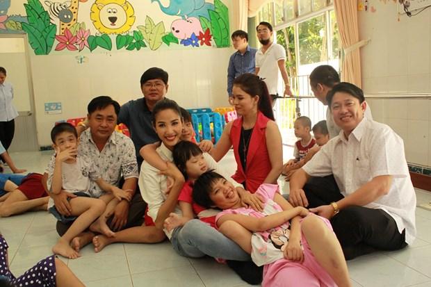 A hau Hoang Thuy xuc dong khi tham tre em khuyet tat Cu Chi hinh anh 5