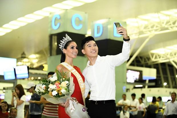 Hoa hau Quoc te 2017 duyen dang sanh vai voi Nam vuong Ngoc Tinh hinh anh 6