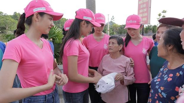 Thi sinh Hoa hau thap sang 11.000 'trai tim' tai nghia trang Viet-Lao hinh anh 1