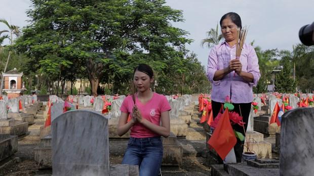Thi sinh Hoa hau thap sang 11.000 'trai tim' tai nghia trang Viet-Lao hinh anh 2
