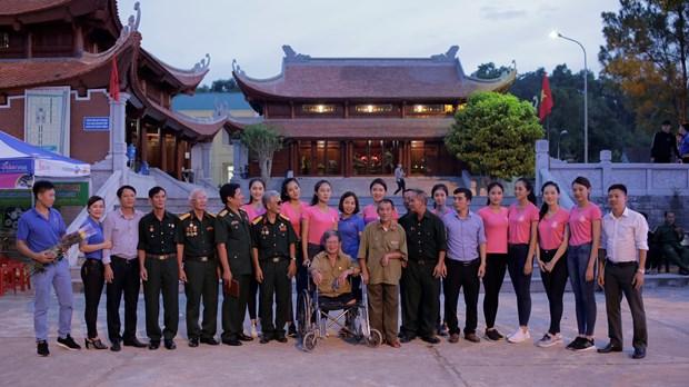 Thi sinh Hoa hau thap sang 11.000 'trai tim' tai nghia trang Viet-Lao hinh anh 3