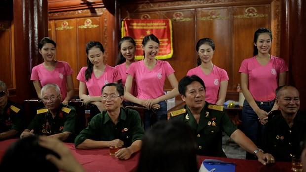 Thi sinh Hoa hau thap sang 11.000 'trai tim' tai nghia trang Viet-Lao hinh anh 4