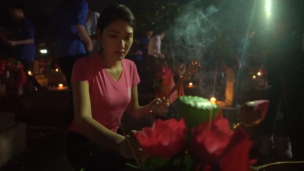 Thi sinh Hoa hau thap sang 11.000 'trai tim' tai nghia trang Viet-Lao hinh anh 5