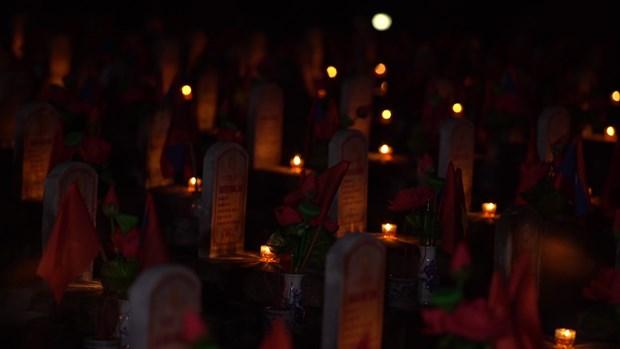 Thi sinh Hoa hau thap sang 11.000 'trai tim' tai nghia trang Viet-Lao hinh anh 6