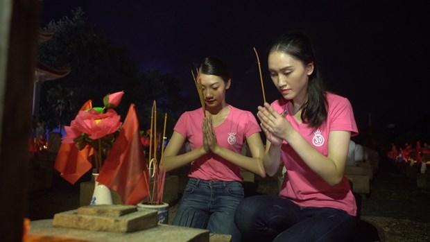 Thi sinh Hoa hau thap sang 11.000 'trai tim' tai nghia trang Viet-Lao hinh anh 7