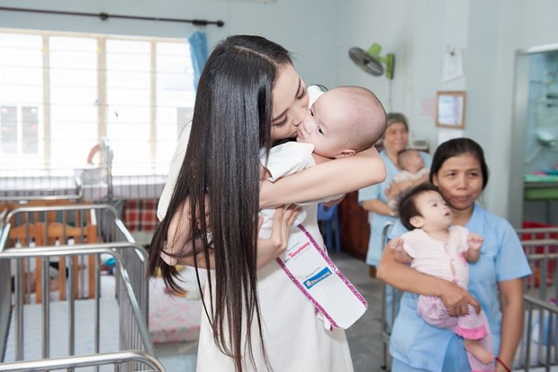 Top 3 Hoa hau Viet Nam mang Trung Thu som toi tre em tan tat, mo coi hinh anh 6