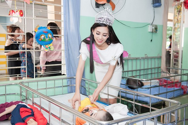 Top 3 Hoa hau Viet Nam mang Trung Thu som toi tre em tan tat, mo coi hinh anh 7