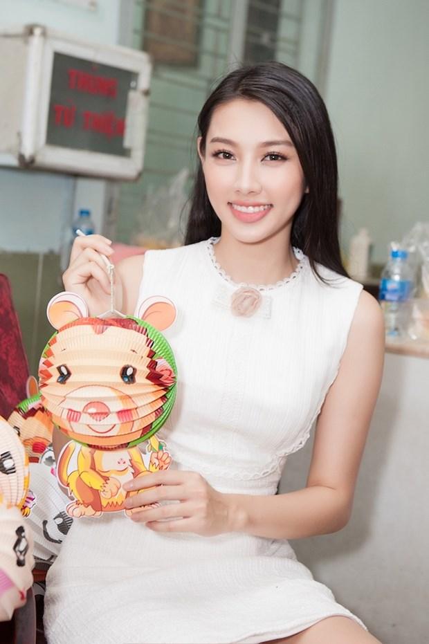 Top 3 Hoa hau Viet Nam mang Trung Thu som toi tre em tan tat, mo coi hinh anh 9