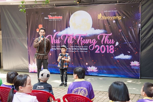 Top 3 Hoa hau Viet Nam mang Trung Thu som toi tre em tan tat, mo coi hinh anh 10