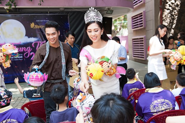 Top 3 Hoa hau Viet Nam mang Trung Thu som toi tre em tan tat, mo coi hinh anh 1