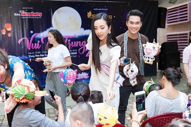 Top 3 Hoa hau Viet Nam mang Trung Thu som toi tre em tan tat, mo coi hinh anh 11