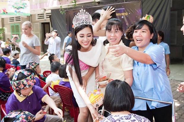 Top 3 Hoa hau Viet Nam mang Trung Thu som toi tre em tan tat, mo coi hinh anh 12