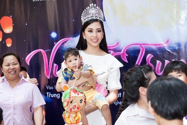 Top 3 Hoa hau Viet Nam mang Trung Thu som toi tre em tan tat, mo coi hinh anh 13