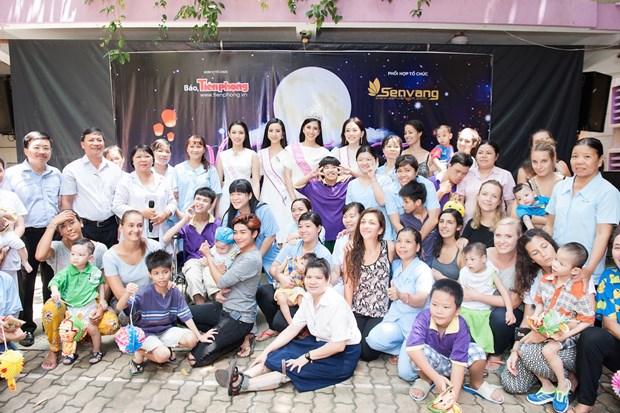 Top 3 Hoa hau Viet Nam mang Trung Thu som toi tre em tan tat, mo coi hinh anh 14