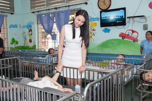 Top 3 Hoa hau Viet Nam mang Trung Thu som toi tre em tan tat, mo coi hinh anh 3