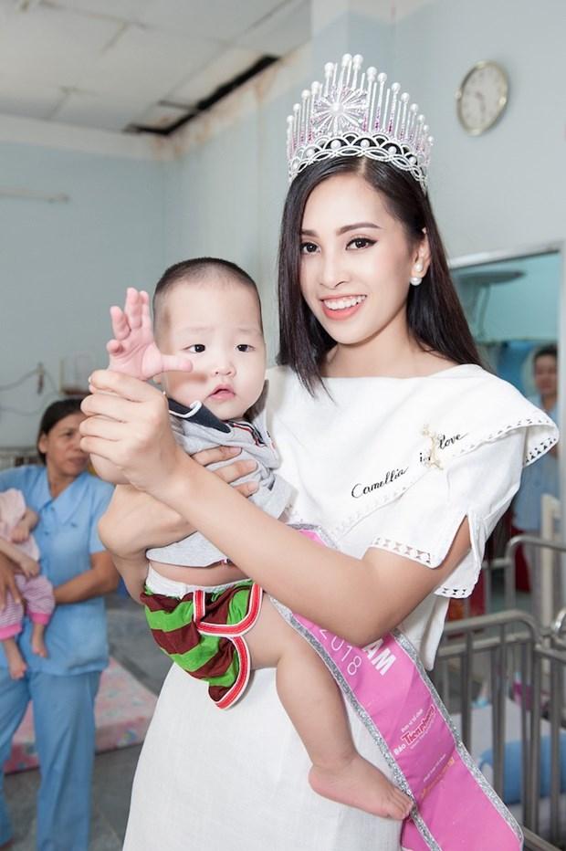Top 3 Hoa hau Viet Nam mang Trung Thu som toi tre em tan tat, mo coi hinh anh 4