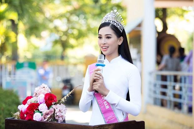 Tan Hoa hau Tieu Vy rang ro ngay tro ve truong cu tham thay co hinh anh 8