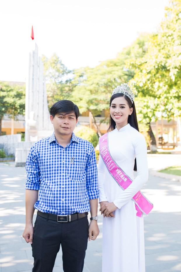 Tan Hoa hau Tieu Vy rang ro ngay tro ve truong cu tham thay co hinh anh 14