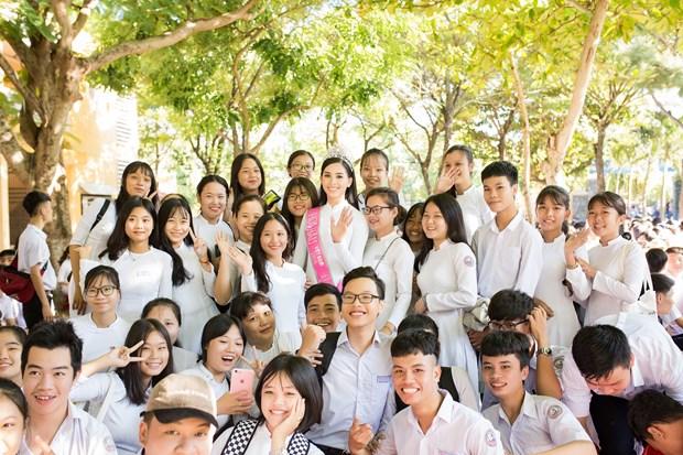 Tan Hoa hau Tieu Vy rang ro ngay tro ve truong cu tham thay co hinh anh 19
