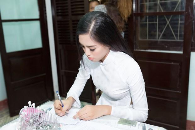 Tan Hoa hau Tieu Vy rang ro ngay tro ve truong cu tham thay co hinh anh 27