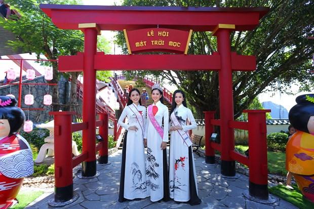 Top 3 Hoa hau Viet Nam thuot tha ao dai trong Le hoi Mat Troi moc hinh anh 2