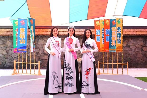 Top 3 Hoa hau Viet Nam thuot tha ao dai trong Le hoi Mat Troi moc hinh anh 6