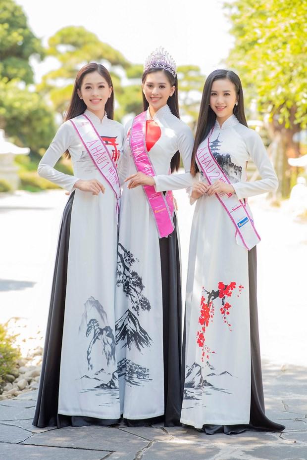 Top 3 Hoa hau Viet Nam thuot tha ao dai trong Le hoi Mat Troi moc hinh anh 10
