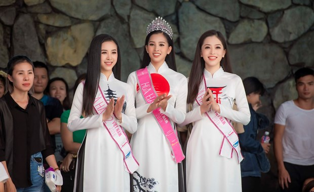 Top 3 Hoa hau Viet Nam thuot tha ao dai trong Le hoi Mat Troi moc hinh anh 12