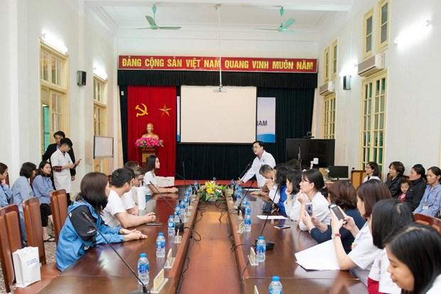 [Photo] Hoa hau Tieu Vy xuc dong ngay vao vien K tham benh nhan hinh anh 3