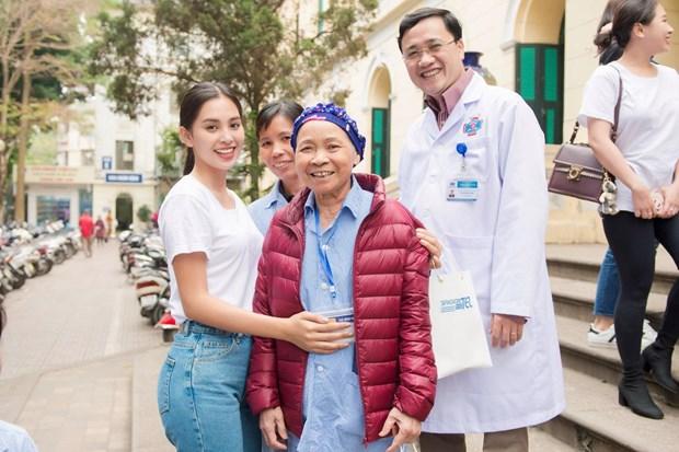 [Photo] Hoa hau Tieu Vy xuc dong ngay vao vien K tham benh nhan hinh anh 14