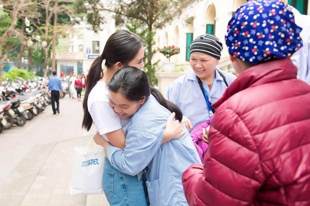 [Photo] Hoa hau Tieu Vy xuc dong ngay vao vien K tham benh nhan hinh anh 15