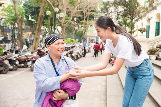 [Photo] Hoa hau Tieu Vy xuc dong ngay vao vien K tham benh nhan hinh anh 16