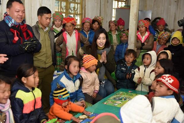 'Cho di la con mai': Hoa hau Do My Linh cung me dang ky hien tang hinh anh 2