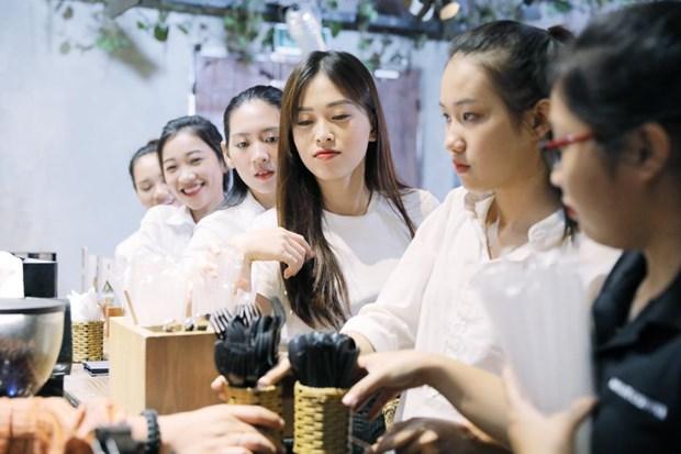 A hau Phuong Nga cung 'dan em' keu goi cong dong 'song xanh' hinh anh 2