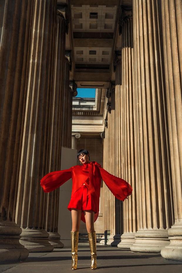 Tran Hung mang nhung lua Viet len san dien London Fashion Week 2019 hinh anh 4