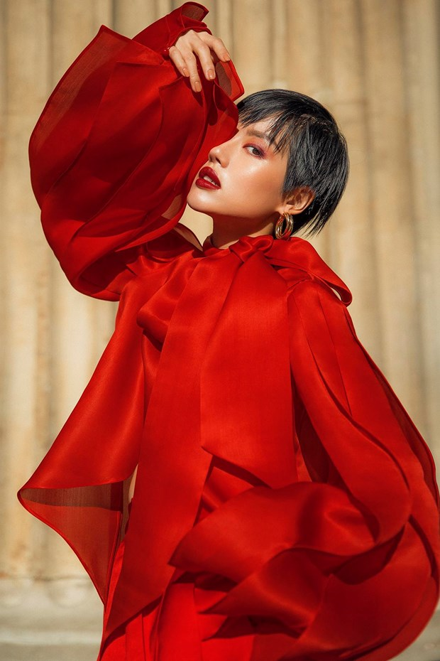 Tran Hung mang nhung lua Viet len san dien London Fashion Week 2019 hinh anh 5