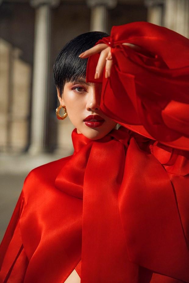 Tran Hung mang nhung lua Viet len san dien London Fashion Week 2019 hinh anh 6