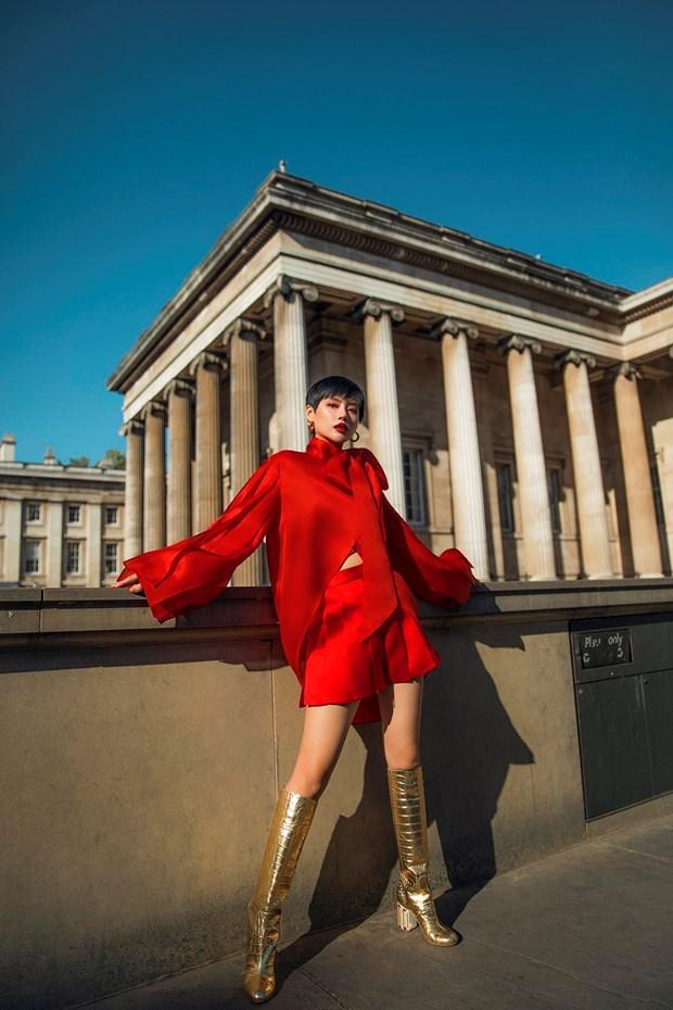 Tran Hung mang nhung lua Viet len san dien London Fashion Week 2019 hinh anh 1