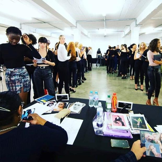 Tran Hung mang nhung lua Viet len san dien London Fashion Week 2019 hinh anh 2