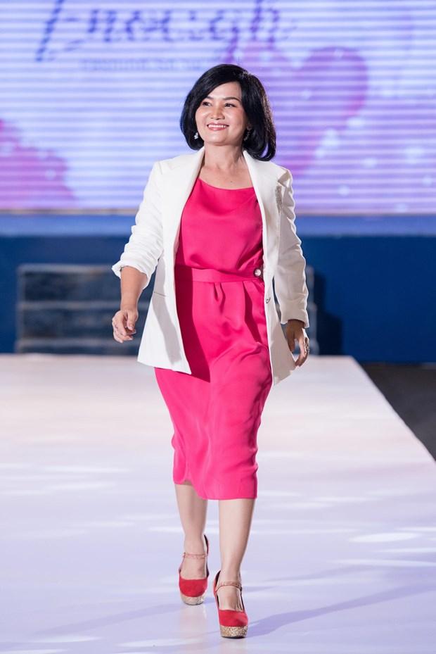 A hau Hoang Thuy huong dan benh nhan ung thu bieu dien thoi trang hinh anh 5