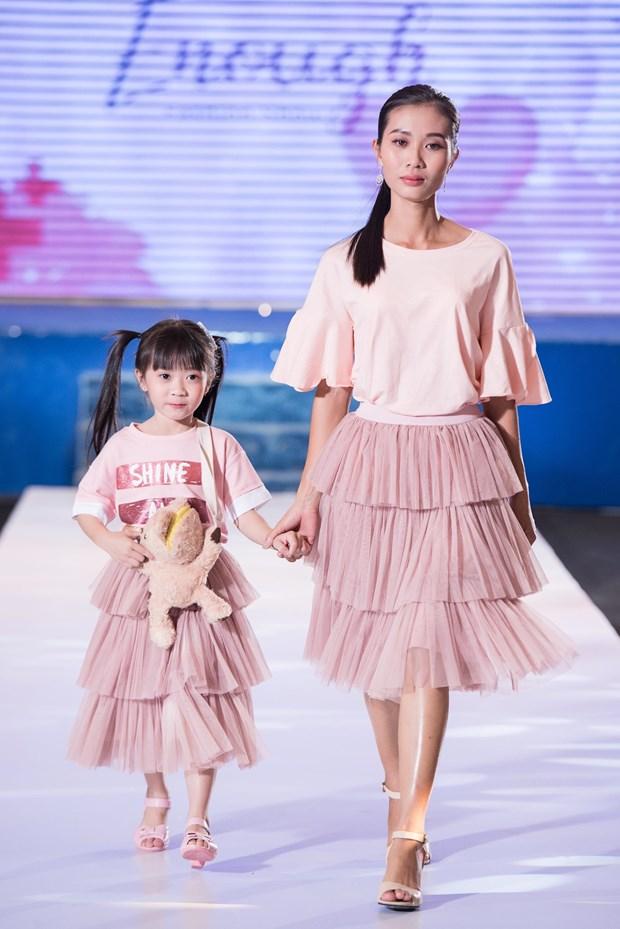 A hau Hoang Thuy huong dan benh nhan ung thu bieu dien thoi trang hinh anh 3