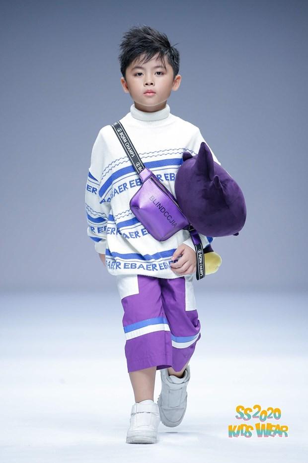 Dan mau nhi Viet tu tin sai buoc tren san dien Shanghai Fashion Week hinh anh 2