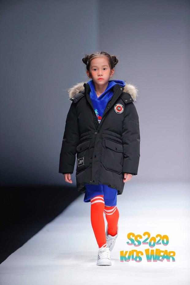 Dan mau nhi Viet tu tin sai buoc tren san dien Shanghai Fashion Week hinh anh 3