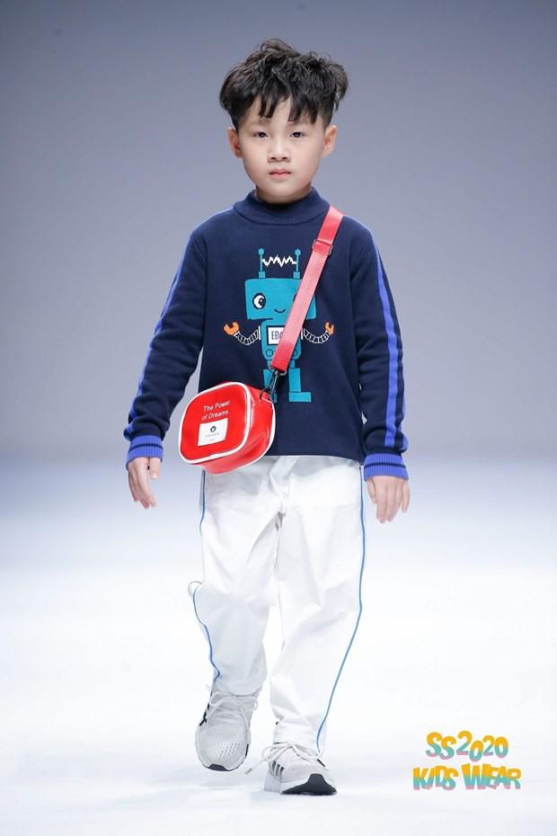 Dan mau nhi Viet tu tin sai buoc tren san dien Shanghai Fashion Week hinh anh 4