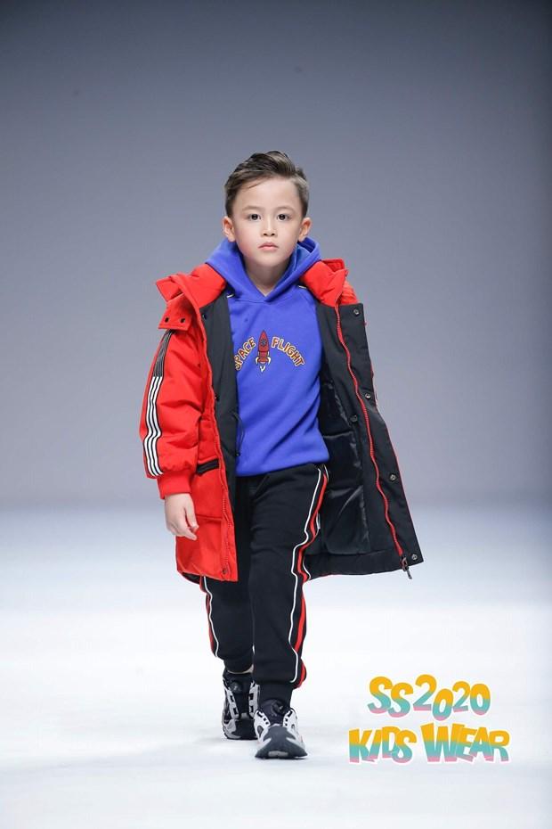 Dan mau nhi Viet tu tin sai buoc tren san dien Shanghai Fashion Week hinh anh 5