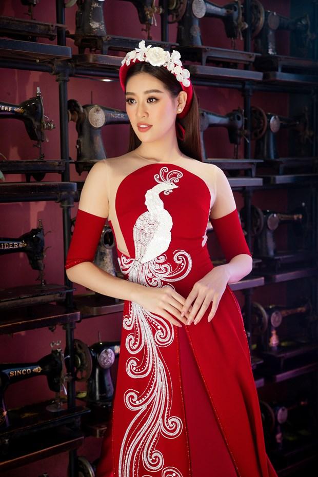 Hoa hau Khanh Van dong hanh cung du lich Viet quang ba ao dai hinh anh 2