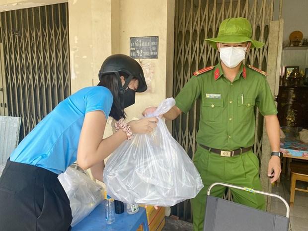 Hoa hau Tieu Vy lam 'shipper' giao com cho tuyen dau chong dich hinh anh 1